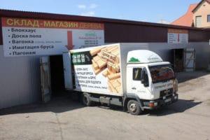 Стругана дошка, що завантажується в кузов вантажного автомобіля перед доставкою