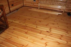 Підлога з правильно покладених соснових дощок