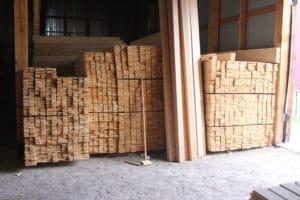 Оцилиндрованные брёвна и другие пиломатериалы на складе