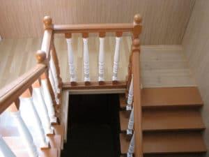 Поворотная площадка деревянной лестницы до закрепления дорожки