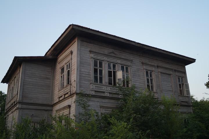 Старый дом имеет дубовый каркас и поэтому так долговечен